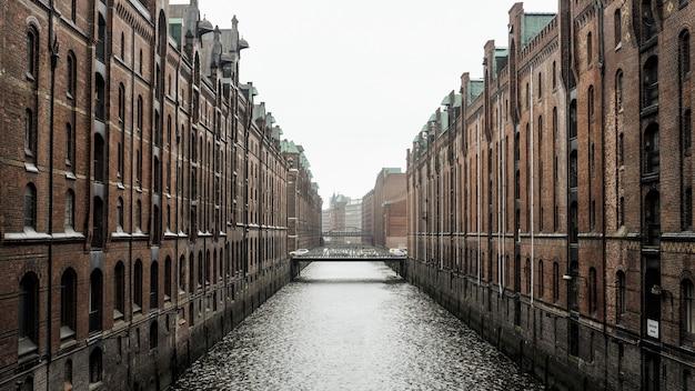 Watermassa tussen bruine betonnen gebouwen in hamburg, duitsland overdag