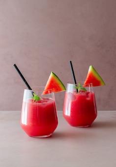 Watermeloen drankje met munt en ijs. koude dranken. zomer. gezond eten. vegetarisch eten.