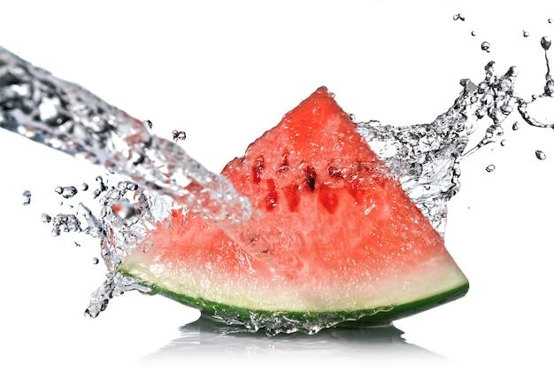 Watermeloen en waterplons op wit wordt geïsoleerd dat