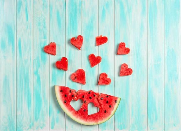 Watermeloen harten blauwe houten achtergrond fruit bessen