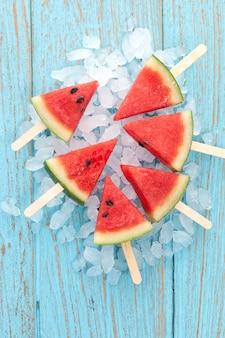Watermeloen ijslolly lekker vers zomerfruit zoet dessert hout teak