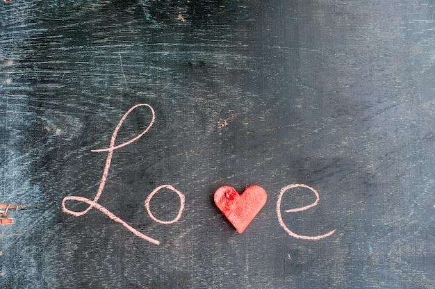 Watermeloen in hartvorm gesneden. inscriptie liefde met krijt. valentijnsdag concept.