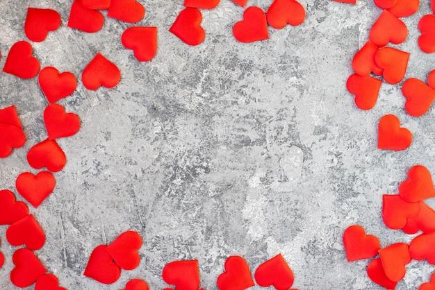 Watermeloen in hartvorm gesneden. ruimte voor tekst. plat liggende compositie