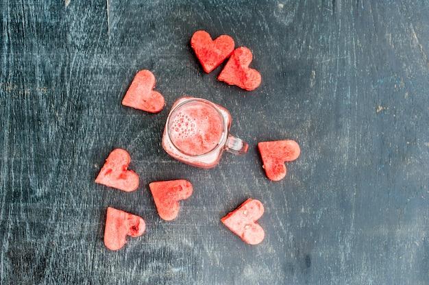 Watermeloen in hartvorm gesneden. watermeloen smoothie. hou van concept. valentijnsdag