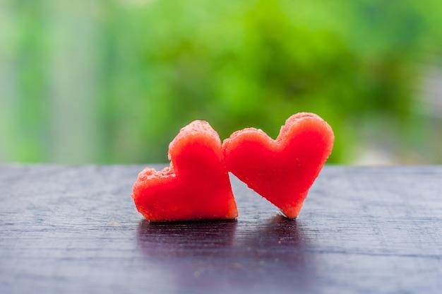 Watermeloen in hartvorm gesneden