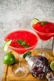 Watermeloen margarita cocktail met limoen en gesneden watermeloen