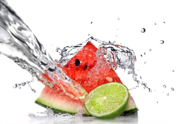 Watermeloen met limoen en water splash geïsoleerd op wit
