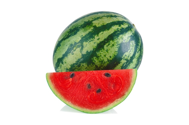 Watermeloen met plakjes geïsoleerd op witte achtergrond