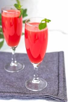 Watermeloen of aardbeien mojito drankje met munt