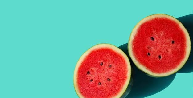 Watermeloen op blauwe achtergrond met kopie ruimte. zomer achtergrond concept.