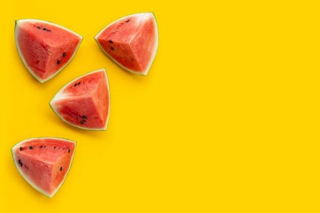 Watermeloen op gele achtergrond. ruimte kopiëren