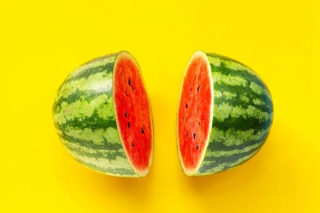 Watermeloen op gele ondergrond. bovenaanzicht