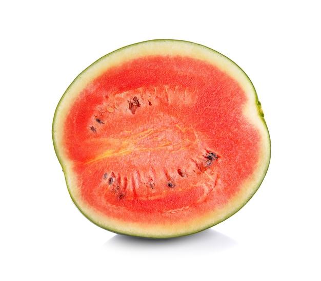 Watermeloen op witte achtergrond wordt geïsoleerd die