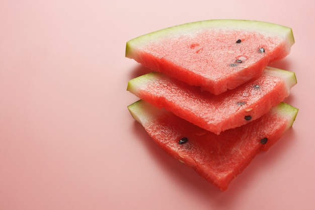 Watermeloen plakjes roze achtergrond