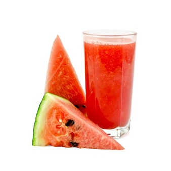 Watermeloen sap in een hoog glas met twee stukken watermeloen geïsoleerd op een witte achtergrond