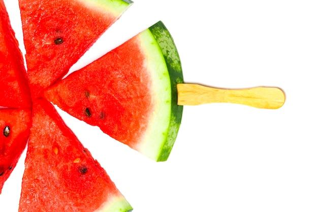 Watermeloen segment ijslollys geïsoleerd op een witte achtergrond.