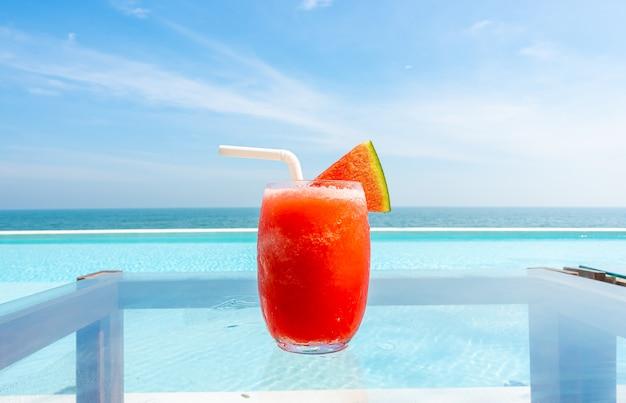 Watermeloen smoothie bij het zwembad