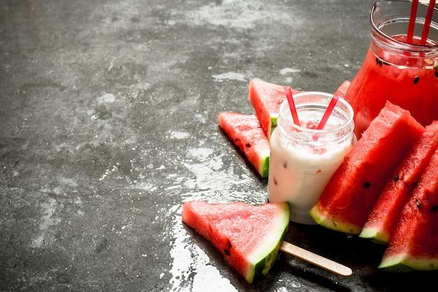Watermeloen-smoothies en sap met vruchtvlees. op de stenen tafel.