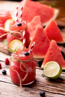 Watermeloen smothie op houten tafel. gezonde drankenconcept