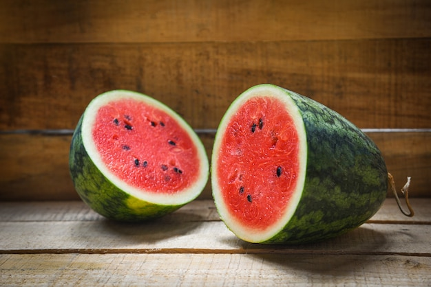 Watermeloen snijd half zomerfruit