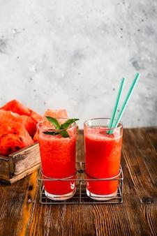 Watermeloen vers en natuurlijk sap in glazen