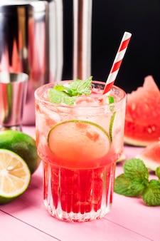 Watermeloen zomer cocktail met ijs en muntblaadjes.