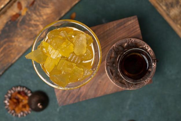 Watermeloenconfiture en een glas zwarte thee op de doos