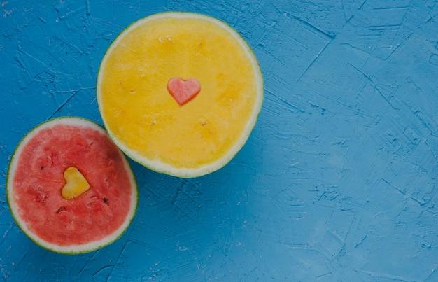 Watermeloenen gesneden, rood en geel.