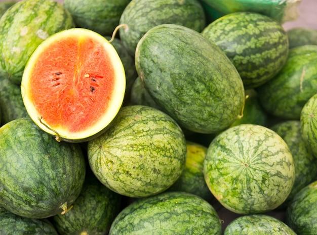 Watermeloenenfruit op de markt