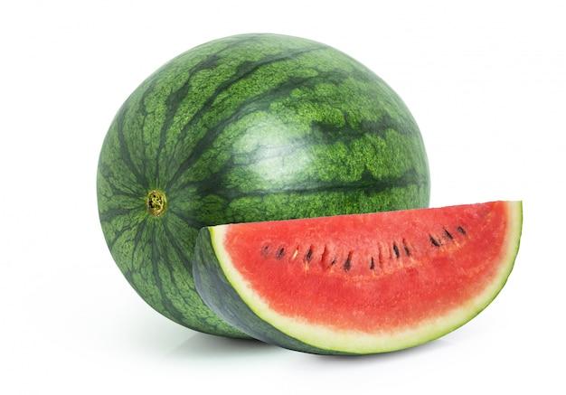Watermeloenfruit met gesneden stuk dat op witte achtergrond wordt geïsoleerd
