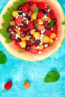 Watermeloenkom met kwark en bessen