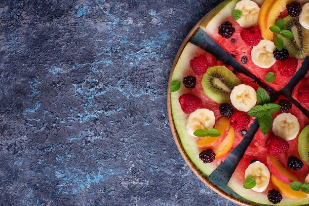 Watermeloenpizza met fruit en bessen