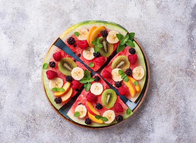 Watermeloenpizza met fruit en bessen