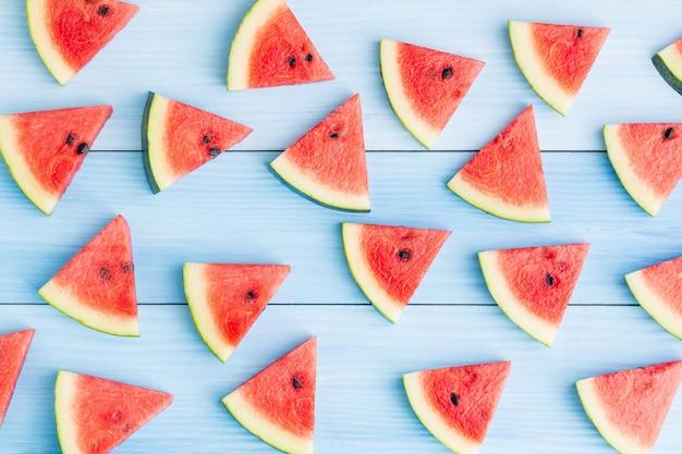 Watermeloenplak op blauwe houten achtergrond