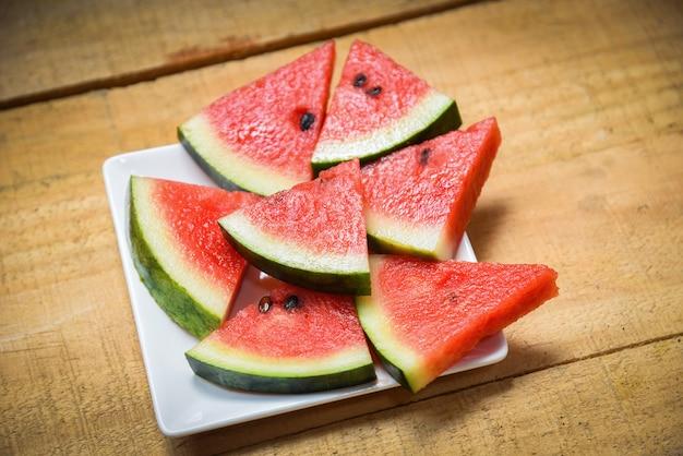 Watermeloenplak op het fruit van de witte plaatzomer op houten