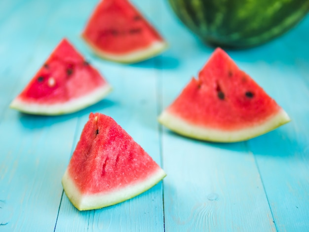 Watermeloenplakken op blauw houten tafelblad
