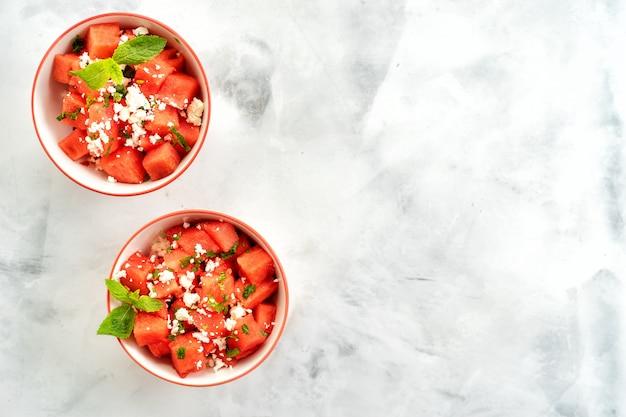 Watermeloensalade in twee kopjes met fetakaas