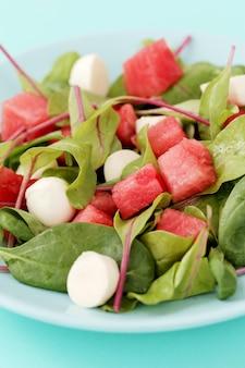 Watermeloensalade op witte plaat