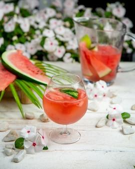 Watermeloensap met watermeloenplakken