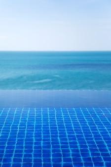 Wateroppervlak van het zwembad