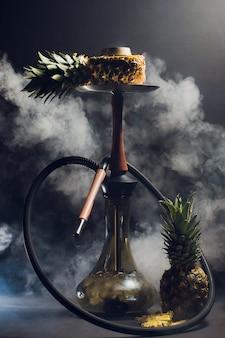 Waterpijp hete kolen op shisha kom met zwarte achtergrond. stijlvolle oosterse shisha. ananas