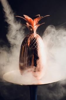 Waterpijp hete kolen op shisha kom met zwarte achtergrond. stijlvolle oosterse shisha