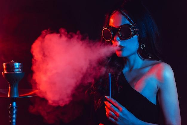 Waterpijp sfeer. het meisje rookt graag een waterpijp, sheesha. surrealisme