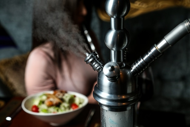 Waterpijp tijdens het roken op de tafel close-up weergave