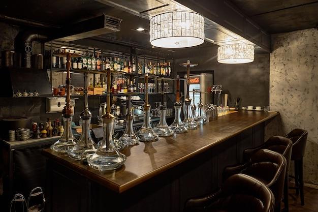 Waterpijpen op de bar. klaar waterpijpen met hete kolen om te roken. shisha-bar. hookah club feest