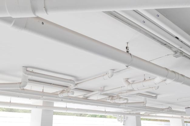 Waterpijpsysteem. installatie van waterleiding in het gebouw. waterleiding transportsysteem.