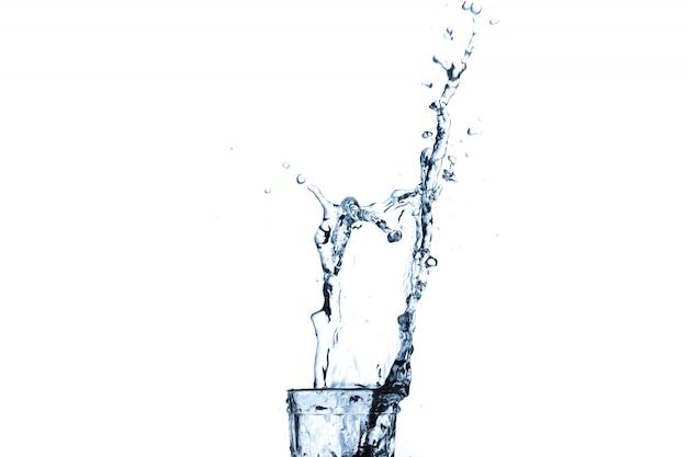 Waterplons in glas op wit wordt geïsoleerd dat