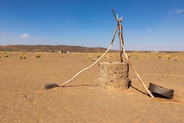 Waterput in sahara woestijn, marokko, afrika