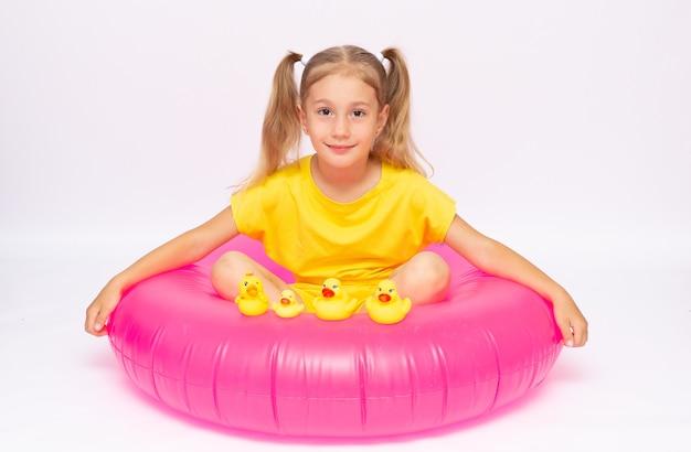Watersport en kinderen concept. schattig klein gemberkind heeft zomervakantie op het strand, oranje reddingsvest voor veilig zwemmen in zee, heeft de beste vakantie ooit. vreugde, seizoen, kinderen