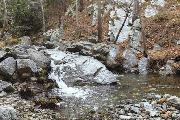 Waterstroom die over rotsen loopt